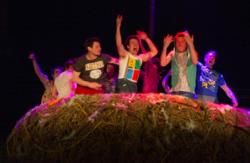 Magali Castellan - Costumière accéssoiriste - Réalisation de costumes de théâtres - Le nid - théâtre de rue  - Revêtement du nid - Patine du container